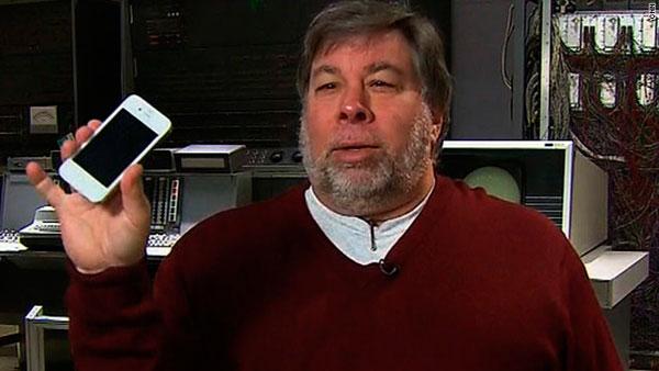 Steve Wozniak con un iPhone blanco