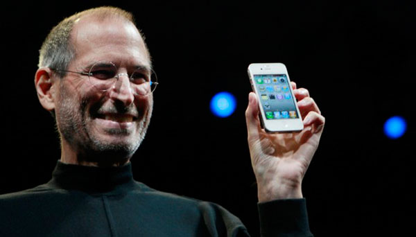 Steve Jobs con un iPhone 4 blanco