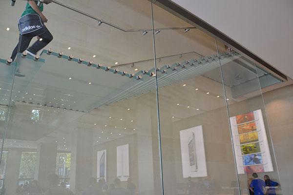 Escalera de cristal en la nueva Apple Store de Barcelona