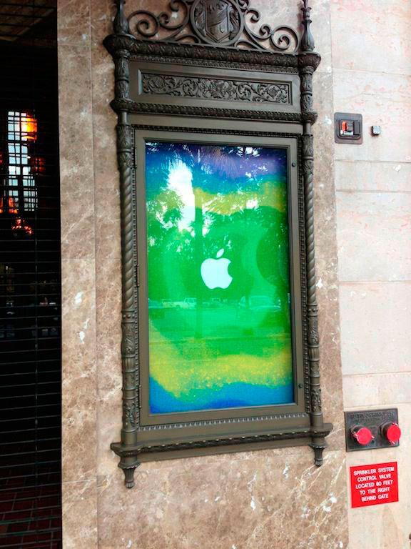 Cartel de Apple en Teatro California