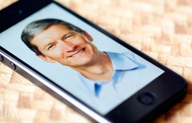Tim Cook en un iPhone