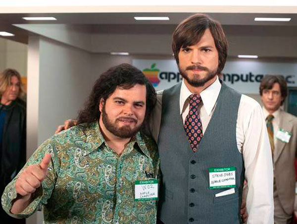 Ashton Kutcher como Steve Jobs y Josh Glad como Wozniak 1