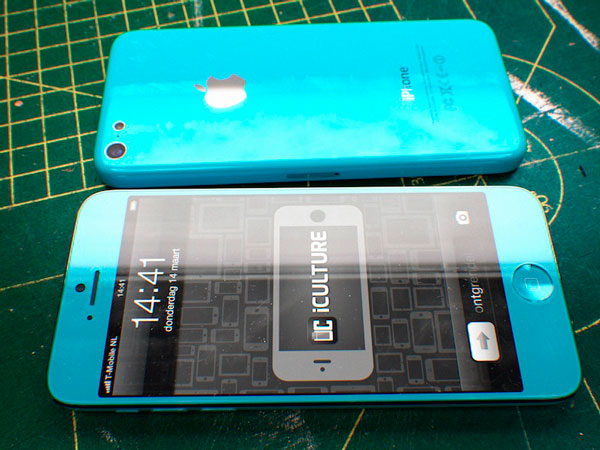 Concepto de iPhone barato en color azul