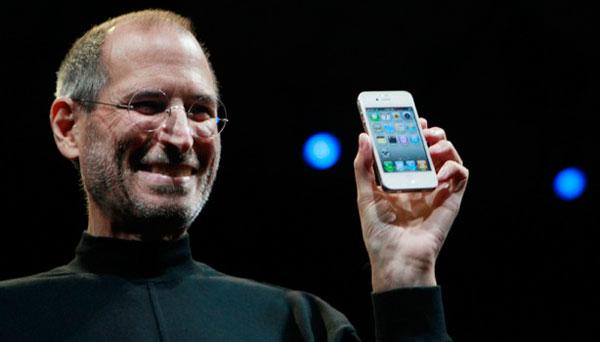 Steve Jobs con un iPhone 4 blanco