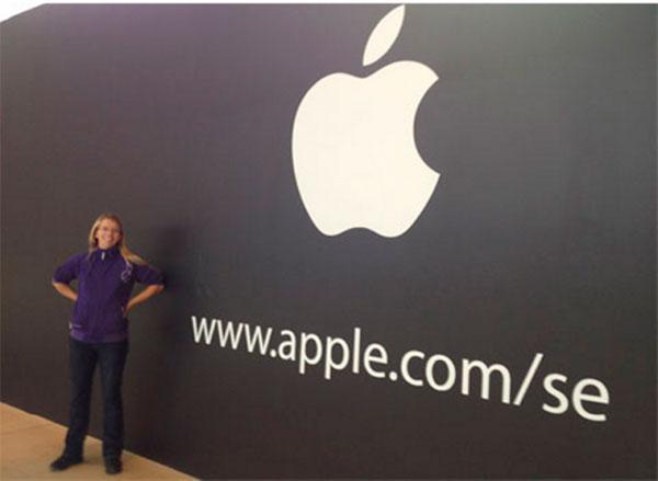 Apple Store de Estocolmo con cartel negro
