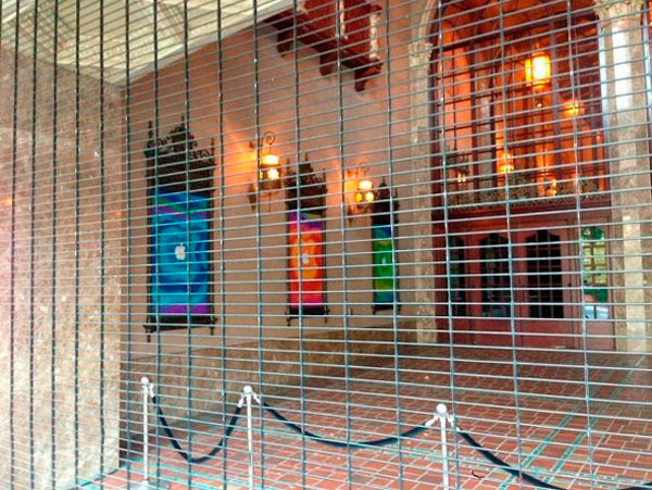 Entrada al teatro California decorada por Apple